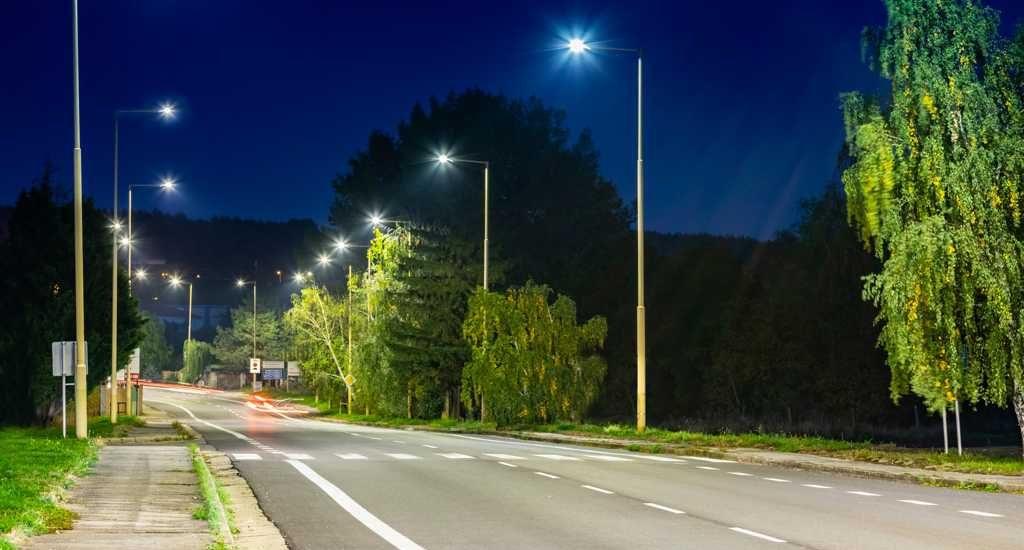 led-strassenbeleuchtung helles Licht auf Landstrasse