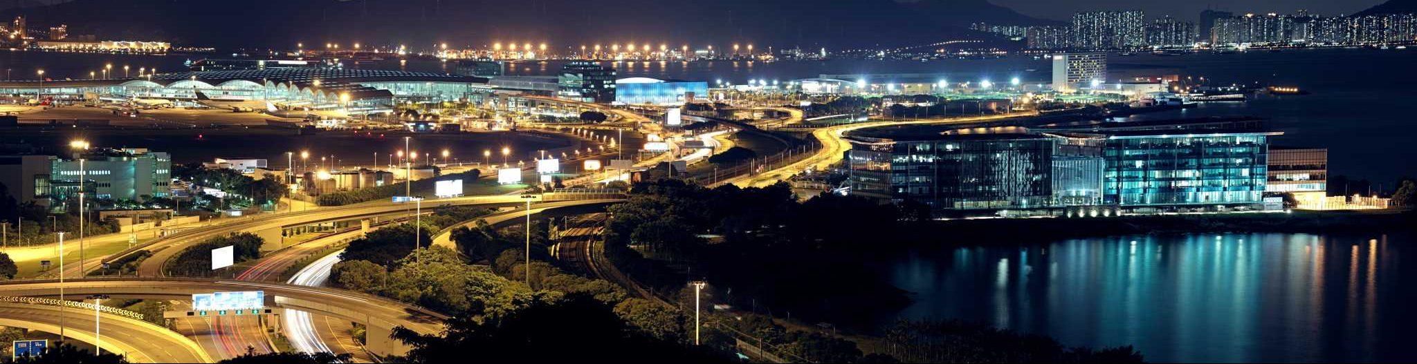 nachtbeleuchtung-autobahn-flughafen-stadt